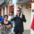 Robbie Williams avec sa femme Ayda et sa fille Theodora à Beverly Hills, Los Angeles, le 10 février 2015