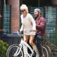 Pamela Anderson fait du vélo avec son mari Rick Salomon à Malibu, le 8 juin 2014. Pamela fait du vélo pour deux!  Pamela Anderson and her her on/off husband Rick Salomon are spotted sharing a bicycle in Malibu, California on June 8, 2014.08/06/2014 - Malibu