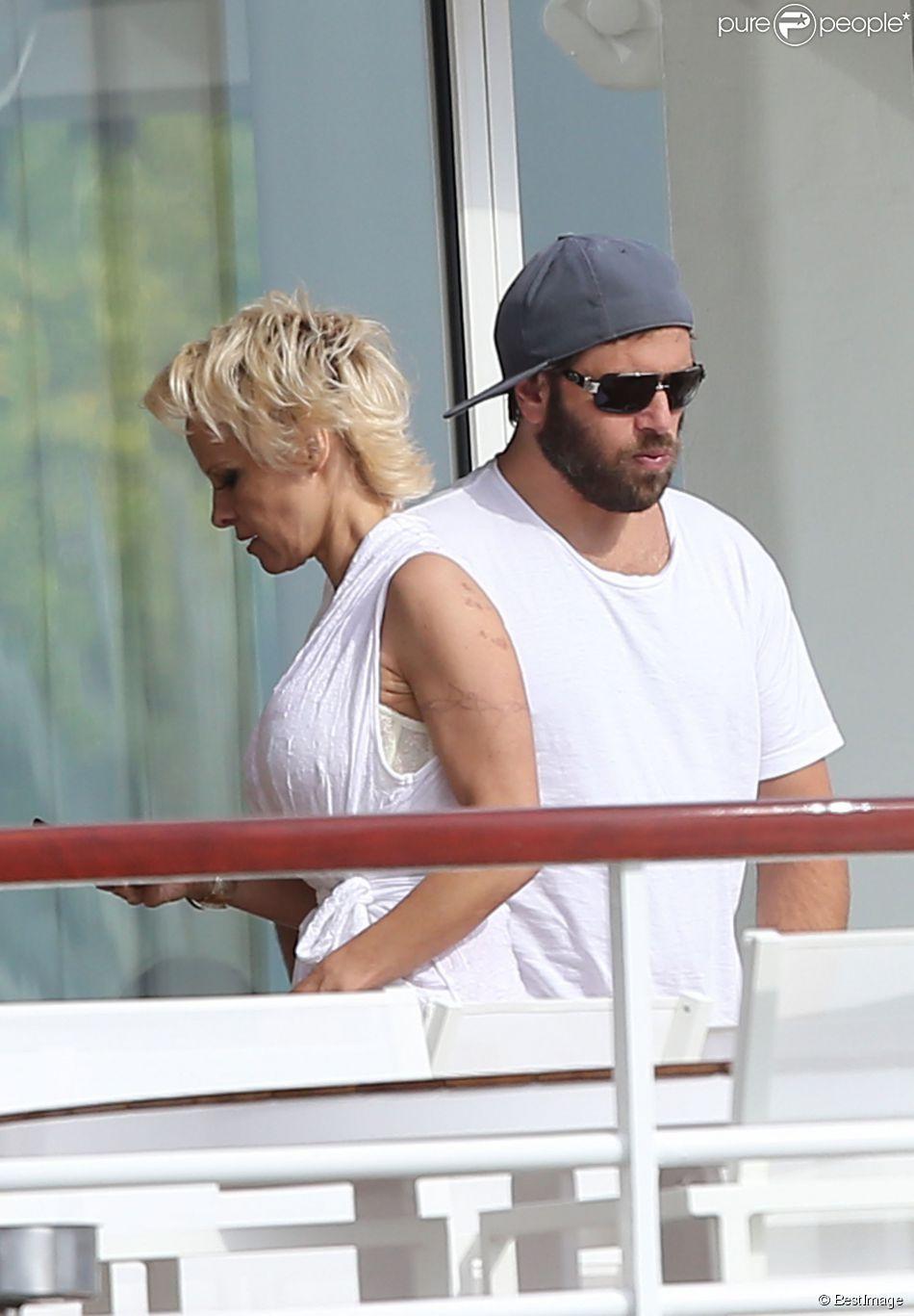 Pamela Anderson et son mari Rick Salomon sont descendus à l'hôtel Eden Roc au Cap d'Antibes, le 13 mai 2014. Le couple est venu pour participer au 67e Festival du Film de Cannes.  Pamela Anderson and her husband Rick Salomon are seen at Eden Roc hotel in Cap d'Antibes, on May 13, 2014 for the 67th Cannes Film Festival.13/05/2014 - Cap d'Antibes