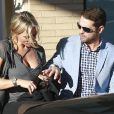Jason Priestley et sa femme Naomi Lowde discutent avec des amis à la sortie de chez Barneys New York à Beverly Hills. Le 12 février 2015
