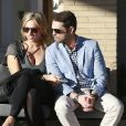 """Jason Priestley de la célèbre série """"90210"""", et sa femme Naomi Lowde discutent avec des amis à la sortie de chez Barneys New York à Beverly Hills. Le 12 février 2015"""
