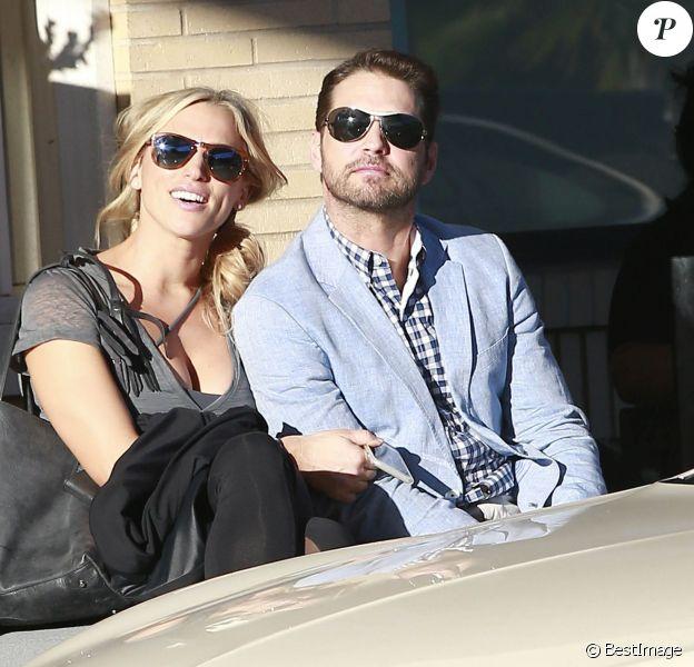 """Jason Priestley, l'acteur de la célèbre série """"90210"""", et sa femme Naomi Lowde discutent avec des amis à la sortie de chez Barneys New York à Beverly Hills. Le 12 février 2015"""