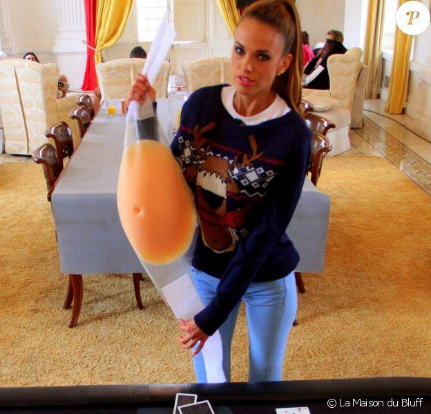 La bombe Vanessa Lawrens dévoile son faux ventre de femme enceinte. Elle a fait croire qu'elle était enceinte afin d'intégrer le casting de la Maison du bluff sur NRJ12.