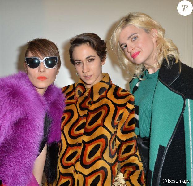 Noomi Rapace, Delfina Fendi Delettrez et Cecile Cassel assistent au défilé Fendi automne-hiver 2015-2016 à Milan. Le 26 février 2015.