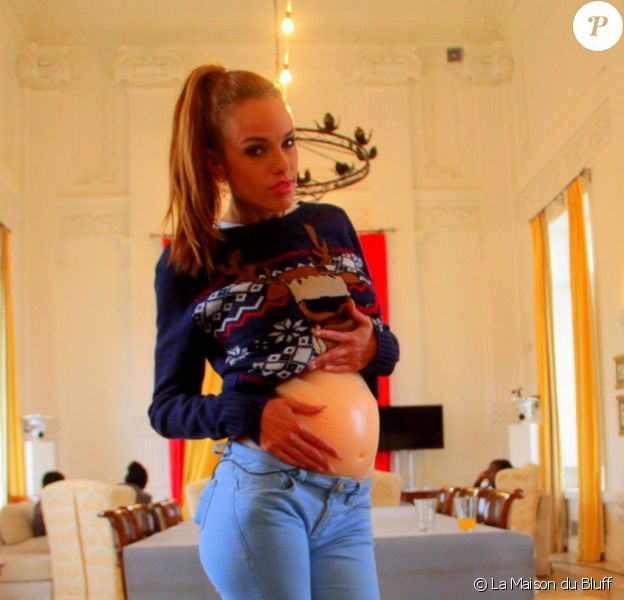 Vanessa Lawrens montre son faux ventre de femme enceinte. Elle a fait croire qu'elle était enceinte afin d'intégrer le casting de la Maison du bluff sur NRJ12.