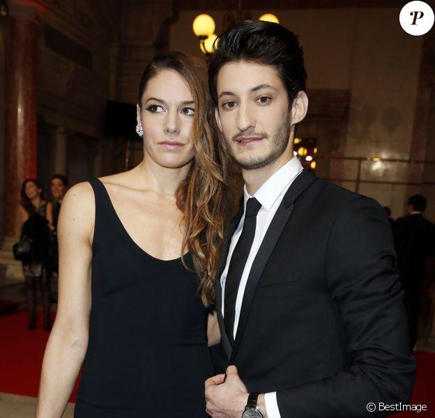 Pierre Niney (en Dior, montre Montblanc et chaussures Louboutin) et sa compagne Natasha Andrews (bijoux Van Cleef) - 40e cérémonie des César au théâtre du Châtelet à Paris, le 20 février 2015.