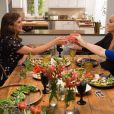 Tiffani Thiessen et sa copine Elizabeth Berkley se retrouvent sur le plateau de l'émission Dinner at Tiffani's. Le 2 mars 2015