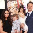 Vince Vaughn avec sa femme Kyla Weber et leurs enfants Vernon Lindsay Vaughn et Lochlyn Kyla Vaughn - Vince Vaughn laisse ses empreintes dans le ciment hollywoodien au TCL Chinese Theater à Hollywood, le 4 mars 2015