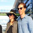 Benedict Cumberbatch et Sophie Hunter, enceinte, de retour de lune de miel à Bora-Bora. Le 7 mars 2015 à l'aéroport de Londres.