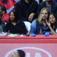 Zoe Saldana, sa soeur Cisely, son mari Marco Perego et Jared Lehr regardent le match de basket-ball opposant L.A. Clippers et Washington à Los Angeles, le 20 mars 2015.