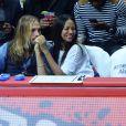 Zoe Saldana, sa soeur Cisely, son mari Marco Perego et Jared Lehr lors d'un match de basket-ball opposant L.A. Clippers et Washington à Los Angeles, le 20 mars 2015.
