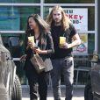 Exclusif - Zoe Saldana et son mari Marco Perego à la sortie d'un Starbucks à Marina Del Rey, Los Angeles, le 16 mars 2015