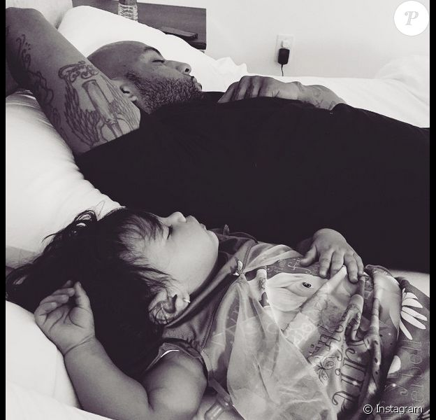 Booba en pleine sieste avec sa fille Luna (1 an) - mars 2015