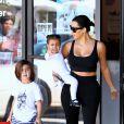 Kim Kardashian à la sortie d'un cours de danse avec sa fille North et son neveu Mason à Los Angeles, le 26 mars 2015