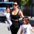 Kim Kardashian et sa fille North West - Kim Kardashian et sa soeur Kourtney Kardashian avec leurs enfants se rendent au cours de danse de leurs filles à Tarzana, le 25 mars 2015.