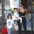 Kim Kardashian et sa soeur Kourtney Kardashian avec leurs enfants se rendent au cours de danse de leurs filles à Tarzana, le 25 mars 2015.