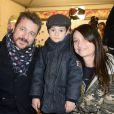 Bruno Guillon et sa femme Marion avec leur fils Anatole à la soirée d'ouverture de la Foire du Trône, organisée au profit du Secours populaire à Paris le 27 mars 2015.
