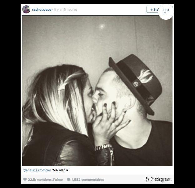 Raphaël officialise sa relation avec Anaïs sur Instagram, le jeudi 26 mars 2015.