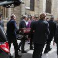 """Loïc Lingois (le père de la fille de Florence Arthaud) et les proches à l'arrivée du cercueil - Obsèques de la navigatrice Florence Arthaud en l'église Saint-Séverin à Paris, le 30 mars 2015. Florence Arthaud est décédée lors du crash d'hélicoptères en Argentine le 9 mars dernier pendant le tournage du jeu de TF1 """"Dropped""""."""