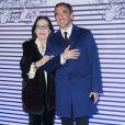 """Nana Mouskouri et Nikos Aliagas - Photocall de la soirée de vernissage de l'exposition """"Jean Paul Gaultier"""" au Grand Palais à Paris, le 30 mars 2015."""