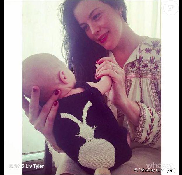 Liv Tyler présente officiellement son nouveau-né, Sailor Gene, deux mois après son accouchement. Photo postée le 6 avril 2015.