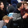 "Liv Tyler et son compagnon Dave Gardner assistent, avec leurs fils respectifs Milo Langdon et Grey Gardner, au match de basket ""New York Knicks Vs Brooklyn Nets"" à New York le 1er avril 2015."