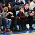 "Liv Tyler et son compagnon Dave Gardner assistent, avec leurs fils respectifs Milo Langdon et Grey Gardner, au match de basket ""New York Knicks Vs Brooklyn Nets"" à New York le 1er avril 2015."