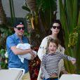 Liv Tyler, son compagnon Dave Gardner et leurs fils Grey et Sailor profitent de la piscine en ce dimanche de Pâques à Miami, le 5 avril 2015, pendant leurs vacances. Le couple est très heureux après la naissance de leur premier enfant ensemble Sailor, il y a deux mois.