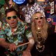"""Madonna et Jimmy Fallon accompagnés par The Roots reprennent """"Holiday"""" dans """"The Tonight Show"""" sur la chaîne NBC, le 9 avril 2015."""