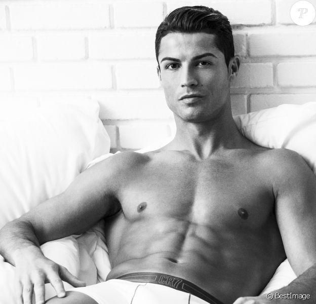 Cristiano Ronaldo pose pour sa nouvelle ligne de sous-vêtements CR7 en micro-fibres le 9 avril 2015.