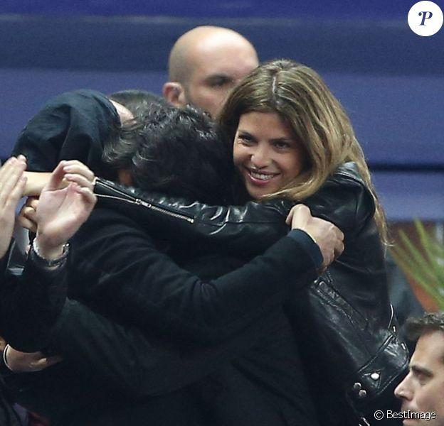 Gros câlin entre Michaël Youn, sa compagne Isabelle Funaro et son beau-fils Sean (fils de Pascal Obispo), à la finale de la Coupe de la Ligue entre le PSG et le SC Bastia au Stade de France, à Saint-Denis, le 11 avril 2015.
