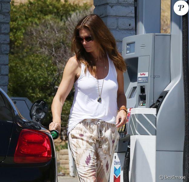 Exclusif - Cindy Crawford prend de l'essence à Malibu, le 12 avril 2015, dans un look du dimanche étudié !