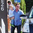Tori Spelling, son mari Dean McDermott et leurs enfants au restaurant japonais Benihana à Encino, le 5 avril 2015, où elle s'est brûlée le bras en tombant sur une grille chauffante.