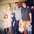 Tori Spelling et Dean McDermott, entourés de leurs enfants Liam, Stella, Hattie et Finn, ainsi que de Jack, le fils de Dean McDermott et Mary Jo Eustace, le 5 avril 2015 au restaurant japonais Benihana