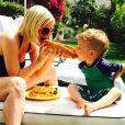 Tori Spelling et son fils Finn mangent un hot-dog pendant leurs vacances à Palm Springs, Los Angeles, le 31 mars 2015