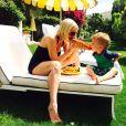 Tori Spelling et son fils Finn mangent un hotdog pendant leurs vacances à Palm Springs, Los Angeles, le 31 mars 2015