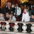 """Tori Spelling et Dean McDermott avec leurs enfants Liam, Stella, Hattie et Finn au centre commercial """"The Grove"""" de Los Angeles, le 19 décembre 2014"""