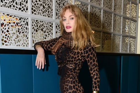 Arielle Dombasle et ses copines blondes passent à table