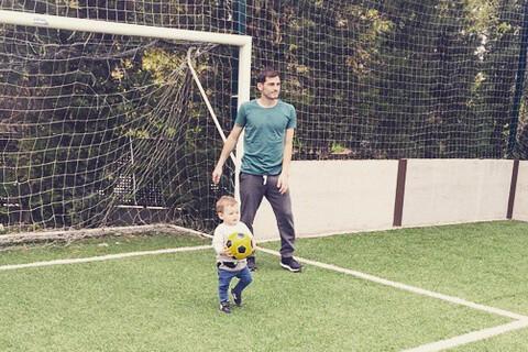 Iker Casillas (Real Madrid) : Son adorable Martin déjà fou de foot avec papa