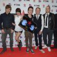 Superbus et leur meilleur fan lors de la soirée Virgin Radio Fans, à Paris, le 8 decembre 2012