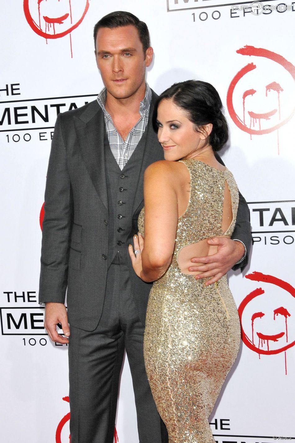 Owain Yeoman et sa compagne Gigi Yallouz le 13 octobre 2012 lors de la soirée célébrant le 100e épisode de la série  Mentalist , à Los Angeles. Le couple s'est marié le 7 septembre 2013 à Malibu.