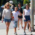 """"""" Reese Witherspoon en compagnie de ses enfants Ava, Deacon et Tennessee se promènent à Brentwood Los Angeles, le 18 avril 2015  """""""