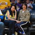 Anthony Kiedis et sa compagne lors du match de basket entre les Atlanta Hawks et les Los Angeles Lakers à Los Angeles, le 15 mars 2015