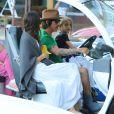 Exclusif - Anthony Kiedi, du groupe Red Hot Chili Peppers, est allé chercher son fils Everly en voiture de golf avec sa petite amie Helena à Malibu. Le jeune Everly est heureux de conduire la petite voiture. Le 29 octobre 2014.