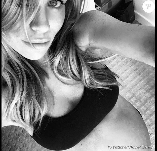 Abbey Clancy, enceinte et sur le point d'accoucher - photo publiée sur son compte Instagram le 3 mai 2015
