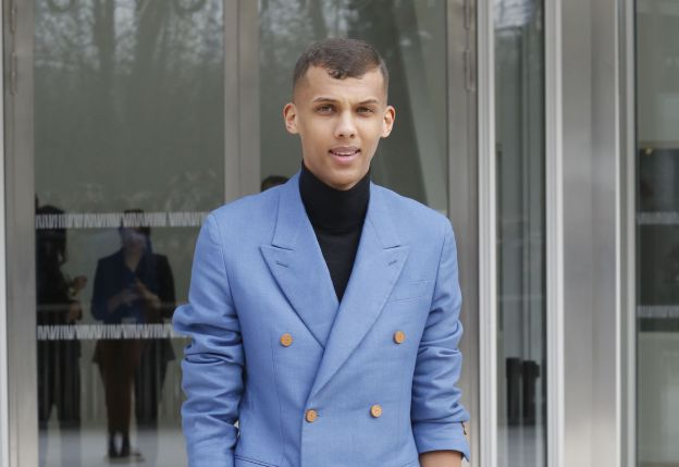 """Stromae à la sortie du défilé de mode """"Louis Vuitton"""", collection prêt-à-porter automne-hiver 2015/2016, à Paris. Le 11 mars 2015"""