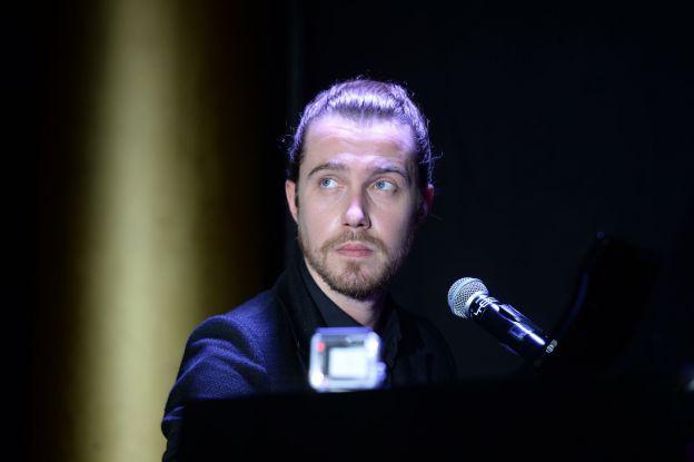 """Julien Doré - Soirée de gala """"Sauveteurs sans frontières"""" à l'hôtel du collectionneur à Paris le 23 mars 2015."""