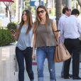 Exclusif - Sofia Vergara fait du shopping avec une amie dans une parfumerie à Beverly Hills, le 28 avril 2015