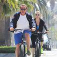 Arnold Schwarzenegger fait du vélo avec sa petite amie Heather Milligan à Santa Monica, le 19 avril 2015