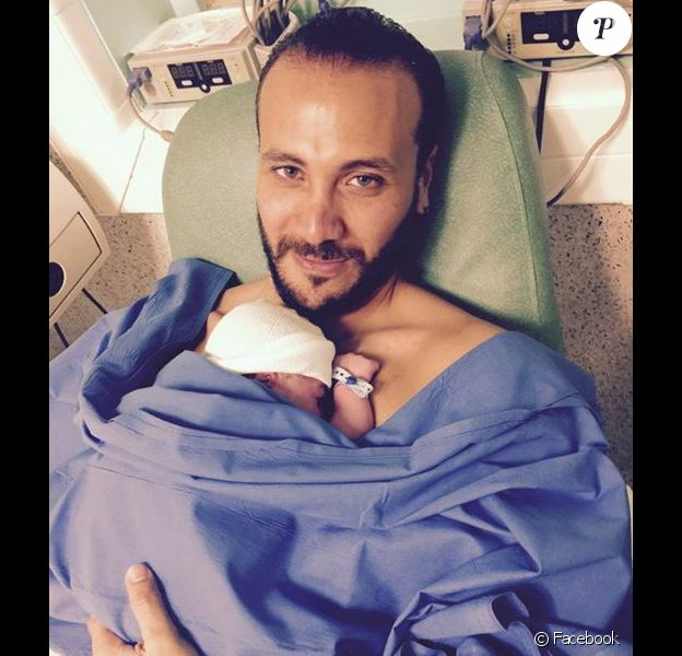 Merwan Rim pose avec son fils, le 6 mai 2015